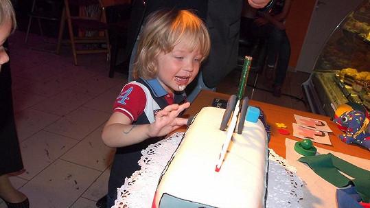 Malý Sebastian dostal dort ve tvaru vagónku.