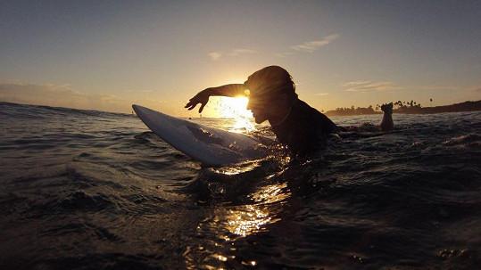 Tomáš Klus si surfování v Karibiku užívá.