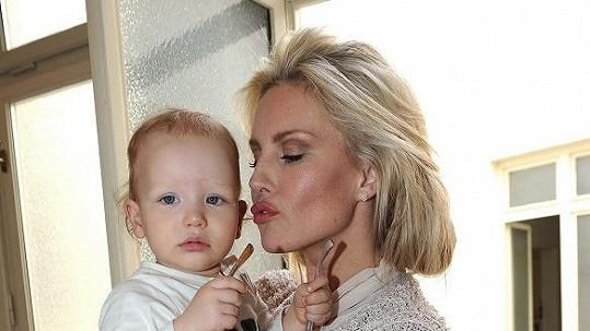 Simona se musela na pár týdnů rozloučit se synem Maxem.