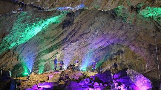 Petr Bende koncertoval v jeskyni
