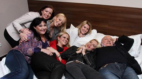 Felix Slováček skončil v posteli se šesti ženami.