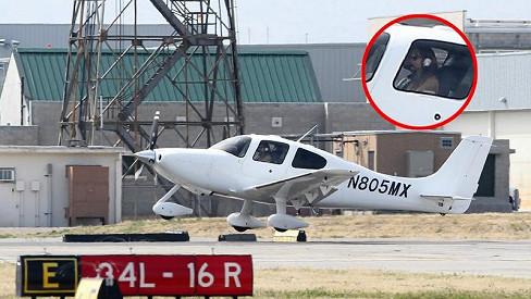 Angelina Jolie vzlétá z kalifornského letiště Van Nuys.