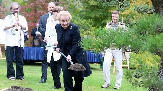 I s lopatou vypadala Madeleine Allbrightová jako dáma.
