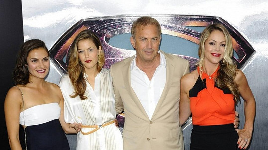 Kevin Costner s dcerami a manželkou na premiéře filmu Muž z oceli