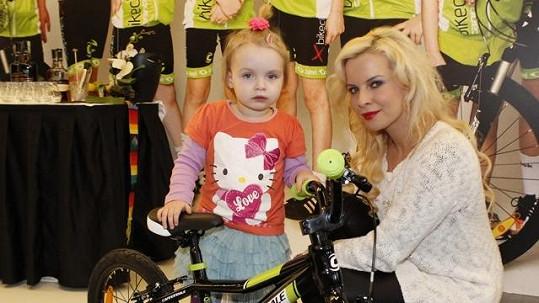 Kateřina Kristelová s dcerou Claudií a novým kolem.