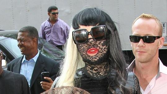 Lady Gaga a její další extravagantní model.