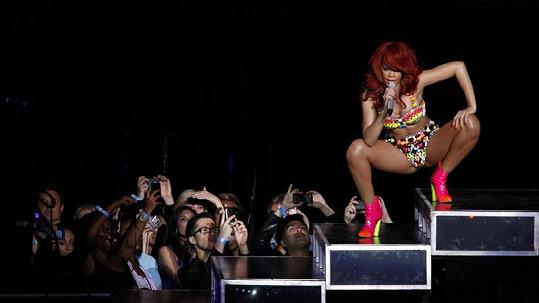 Rihannu si v této odvážné póze chtěli téměř všichni fanoušci vyfotit.