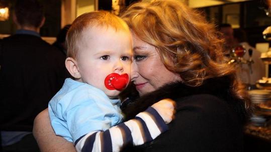 Halina Pawlowská se svým vnoučkem.