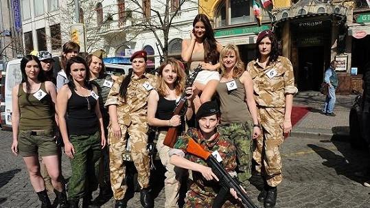 Něžné krásky ze zahalily do army oblečků.