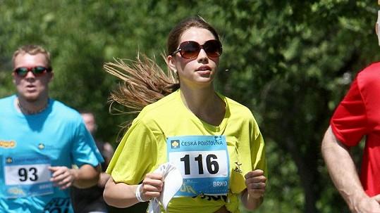 Denisa běží jako o závod.