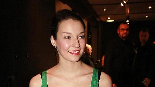 Berenika Kohoutová slíbila v předvolebním klipu ukázat knížeti výstřih.