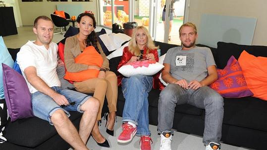 Pavel Cejnar, Agáta Prachařová, Tereza Pergnerová a Libor Bouček v obýváku vily.