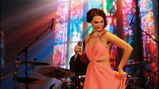 Kamila Nývltová měla na vánočním koncertu hodně odvážné šaty.