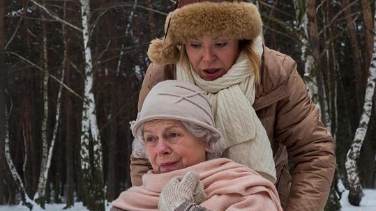 O Ivu Janžurovou se stará dcera v podání Dagmar Havlové.