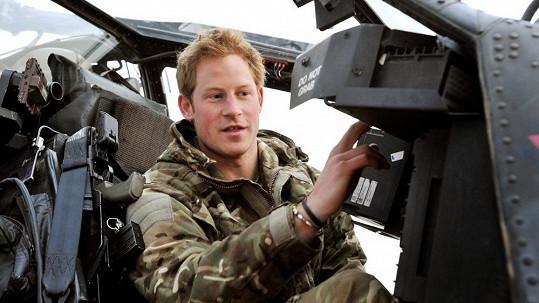 Harry jako pilot helikoptéry Apache.
