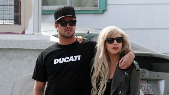 Lady Gaga se prochází se svým přítelem Taylorem Kinneym.