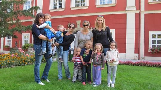 Ilona Csáková s Danielem, Míša Kuklová s Románkem, Monika Marešová s Kubou a Matějem a Ivana Gottová s Nelly Sofií a Charlotte Ellou.