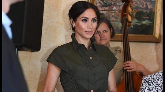 Vévodkyně ze Sussexu v šatech amerického designéra