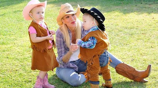 Tori Spelling uspořádala pro své děti oslavu 2v1.