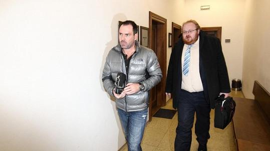 Michal Červín (vlevo) na archivním snímku v budově soudu.