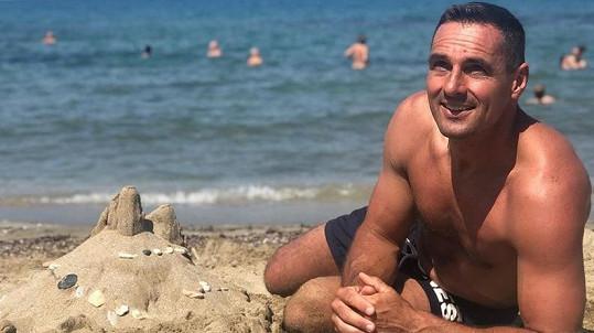 Roman si užívá v Řecku.