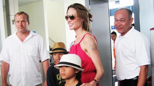 Angelina Jolie s Paxem Thienem a Maddoxem (vzadu) ve Vietnamu.