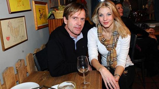 Sabina Laurinová se zasnoubila s přítelem Karlem Kameníkem.