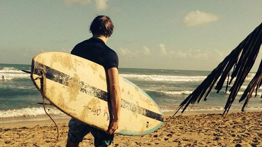 Tomáš Klus surfuje v Karibiku.
