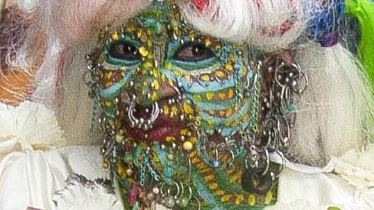 Žena s nejvíce piercingy na světě Elaine Davidson jako nevěsta.