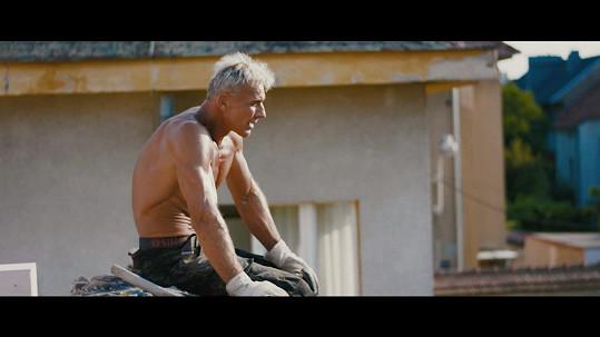 Martin Maxa natáčel nový klip do půl těla, aby ukázal svaly.