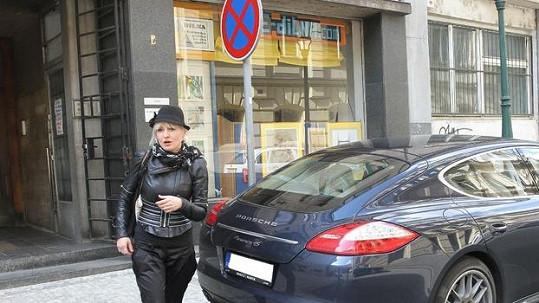 Bára Nesvadbová se špatně zaparkovaným autem svého miláčka.