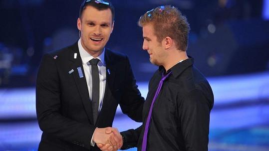 Leoš Mareš gratuluje Lukáši Adamcovi.