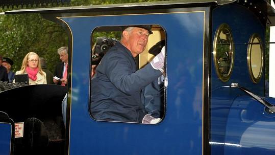 Princ Charles řídí lokomotivu.