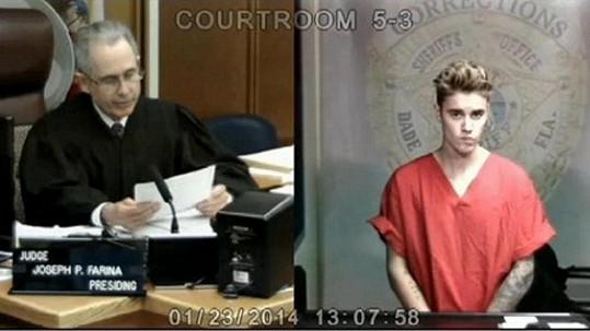 Justin Bieber při svém prvním soudním stání.