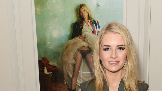 Lottie pózuje u fotografie své sestry Kate Moss.