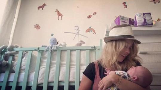 Aneta si užívá první týdny mateřství.