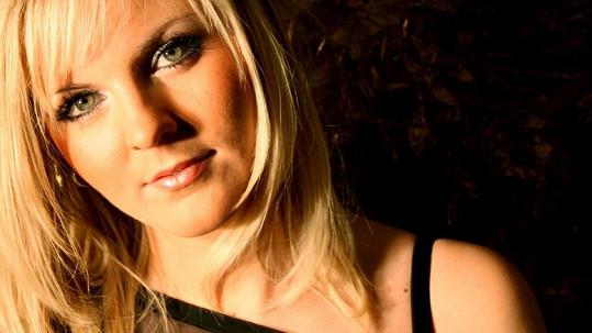 Petra Peterová patří mezi nejkrásnější zpěvačky v Bídnících.