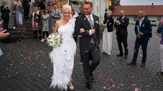 Jen když novomanželé vycházeli ze zámečku, přestalo na chvíli pršet.