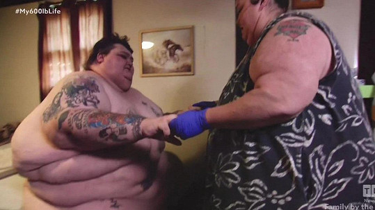 Lee a Rena zhubli a užívají si v posteli.