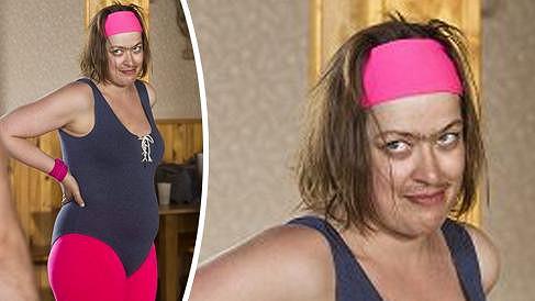 Tahle ženština se objeví na televizní obrazovce.