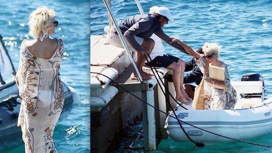 Hvězda Pobřežní hlídky vyměnila legendární rudé plavky za bílé bikiny.
