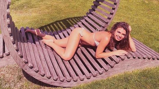 Denisa v sexy póze v plavkách.