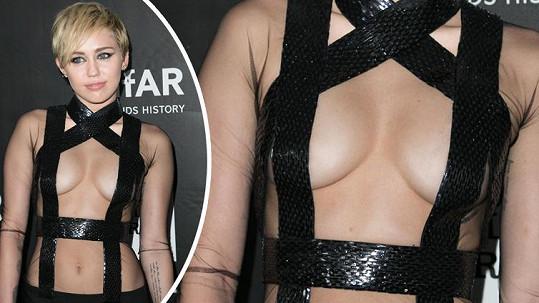 Miley Cyrus se ráda odhaluje.