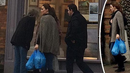 Vévodkyni Kate byste na ulici nepoznali.