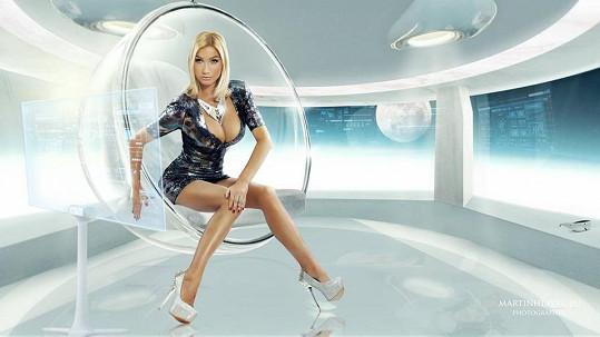V jednu chvíli Dominika připravovala v zástěře a bez líčení v kuchyni chlebíčky a vzápětí se z ní stala novodobá Barbarella ve vesmírné lodi.