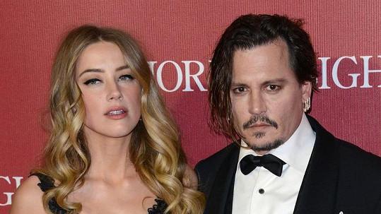 Amber Heard podala žádost o rozvod s Johnnym Deppem.