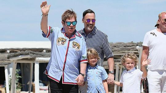 Tatínek Elton, tatínek David a jejich kluci Zachary a mladší Eliah