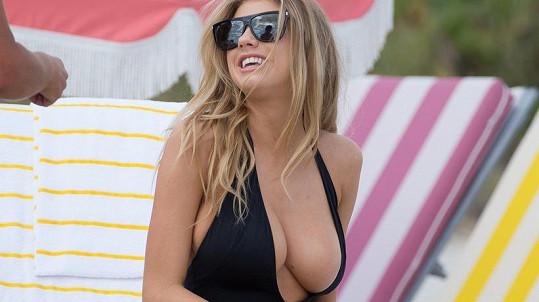 Charlotte McKinney těmito plavkami hodně riskovala...