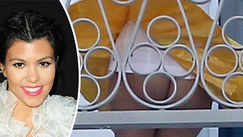 Kourtney Kardashian ukázala, co ukrývá pod sukní.