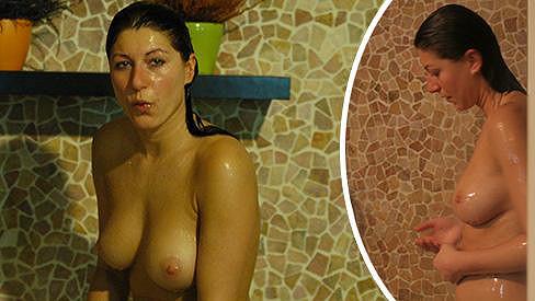 Marcela plavky do sprchy ani vany nenosila.